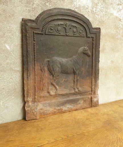 Antieke haardplaat 18e eeuws met paard 40 x 50 cm (1)
