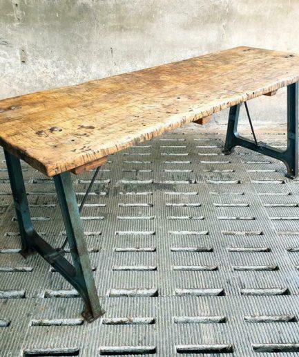 Industriële tafel beuken op gietijzeren machinepoten (1)