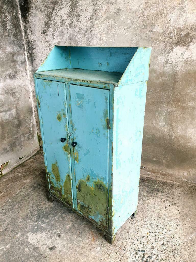 Oude kast 2deurs lichtblauwe fabriekskast (1)