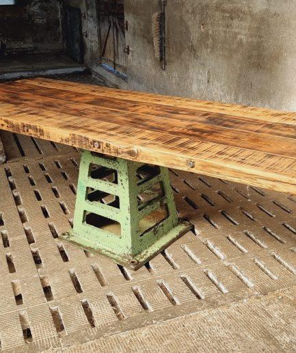 Oude industriële (eet)tafel tuintafel op gietijzeren poot (1)
