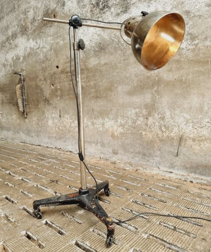 Oude statieflamp operatielamp vloerlamp (1)